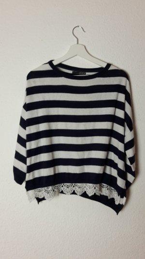 Schöner gestreifter Pullover