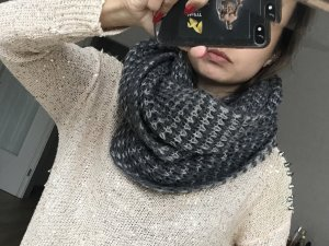 Schöner Grauer Loop Schal