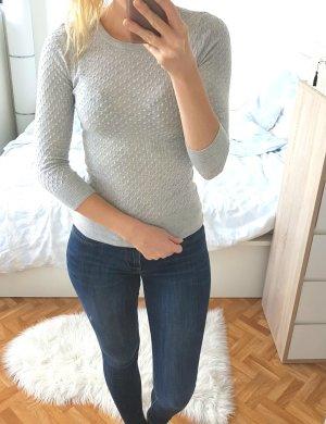 Schöner grauer Pullover