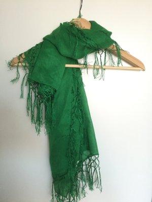 Schöner grüner Schal mit Fransen an allen Seiten