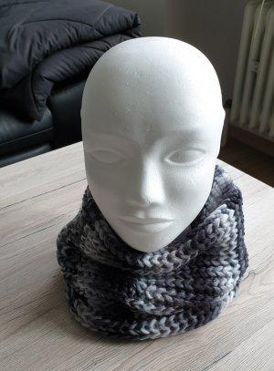 Schöner kurzer Loopschal Grobstrick Loop Schal gestrickt grau