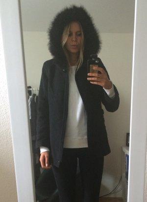 Schöner kurzer Mantel mit Fuchsfellkragen