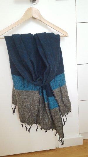 Schöner kuucheliger Schal