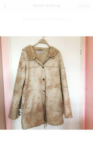 Schöner langer brauner Mantel