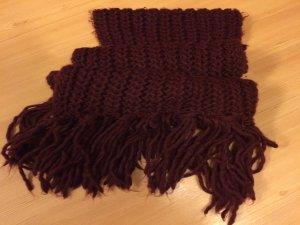 Schöner langer, roter Schal