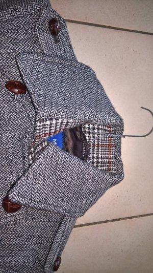 Schöner Mantel im Fischgrät-Muster