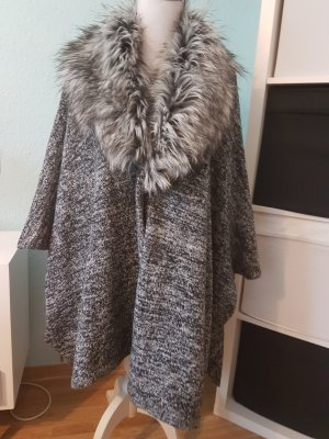 schöner Mantel poncho mit Fell