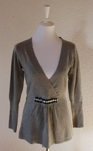 Schöner Pullover in grau mit Schleifengürtel