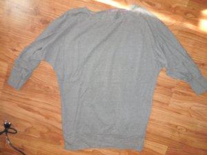 Schöner Pullover mit Fledermausärmel