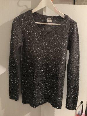 Schöner Pullover mit Glitzer