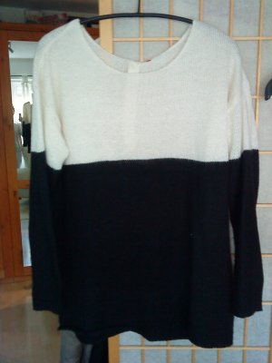 schöner Pullover mit Knopfleiste am Rücken oversized M wollweiß/schwarz