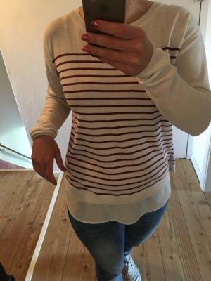 Schöner Pullover mit roten Streifen