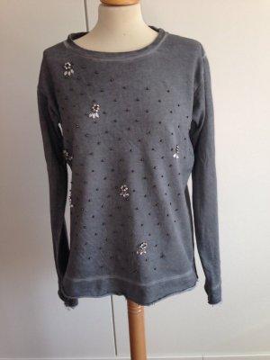 Schöner Pullover mit Steinen