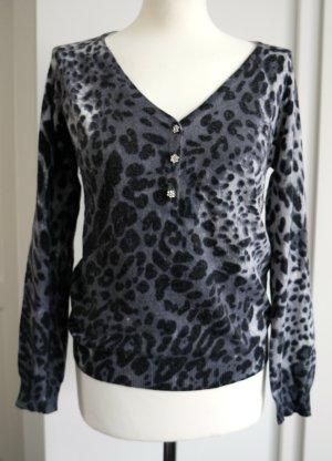 Schöner Pullover mit Strass - Knöpfen und Leomuster in grau