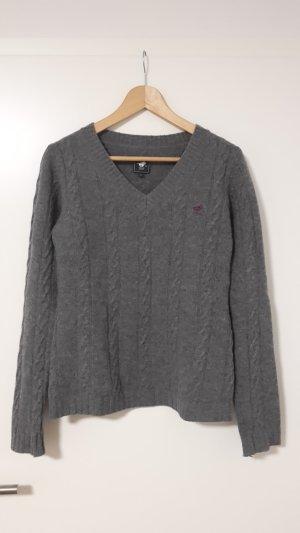 Schöner Pullover mit Zopfmuster