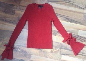 Schöner Roter Pullover mit niedlichen Details
