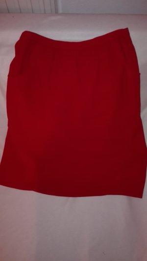 Schöner roter Rock mit Täschchen an den Seiten