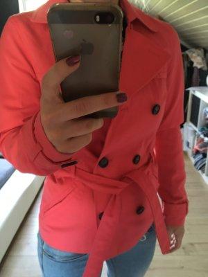 Schöner, roter Trenchcoat