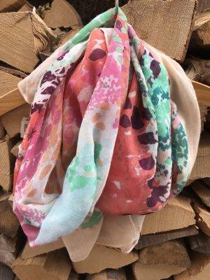 schöner Schal für den Frühling