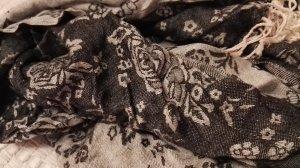 Schöner Schal im Rosenmuster