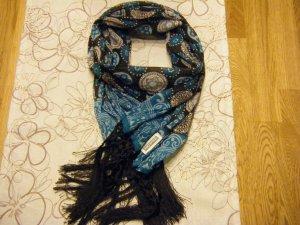 Schöner Schal mit Fransen