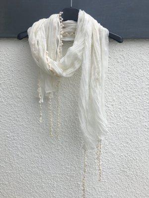 Schöner Schal mit Verzierung