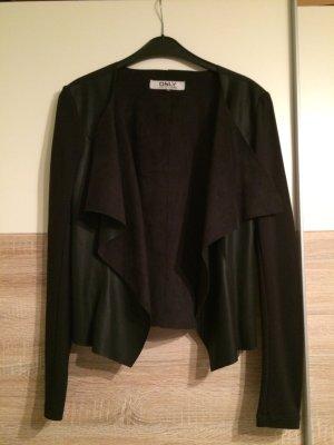 Schöner schwarzer Blazer mit Ledereinsatz