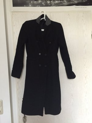 Schöner schwarzer Mantel