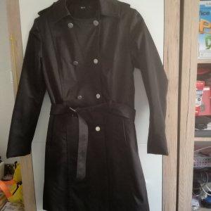 Schöner schwarzer Mantel für den Herbst