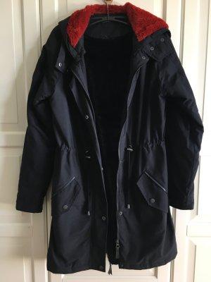 schöner schwarzer Mantel mit Kunstfell