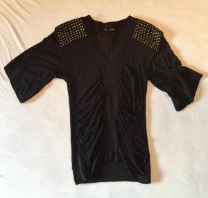 Schöner schwarzer Pulli mit nietenbesetz an den Schultern
