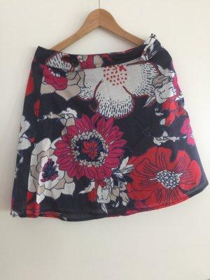 Schöner Sommerrock mit Blumen