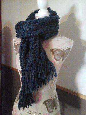 Schöner Strickschal Zopfmuster dunkelblau mit Glitzer Fransen warm