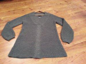 Schöner warmer grauer Pullover