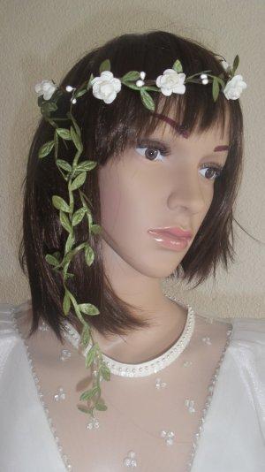 Schöner zarter Blumenkranz mit weißen Blüten Hochzeit Festival