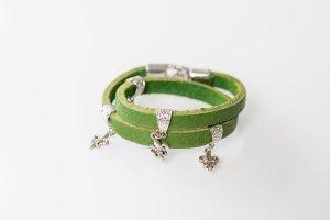 Schönes Armband aus Leder in der Farbe Grün