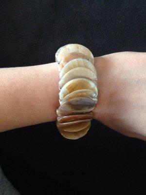 Schönes Armband in beige