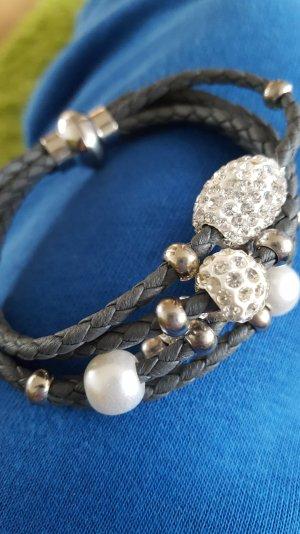 Schönes Armband in grau