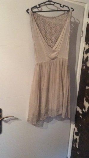 Schönes beigefarbenes Sommerkleid