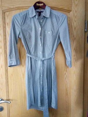 Schönes blau-weiß gestreiftes Blusenkleid
