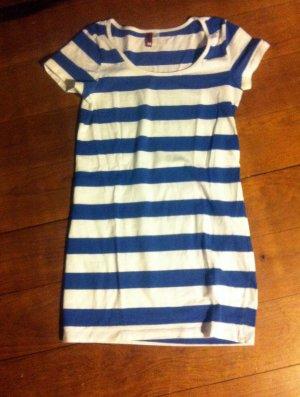 schönes blau-weiß gestreiftes Shirt-Kleid