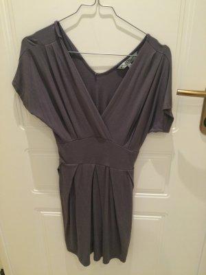 Schönes blaues Kleid mir schmaler Mitte