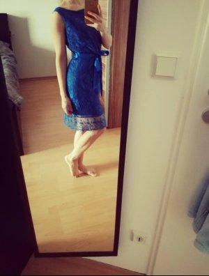 schönes blaues Kleid mit Spitze