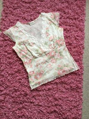 Schönes Blumenshirt, in Wickeloptik mit Spitze und kleinem Volantärmel