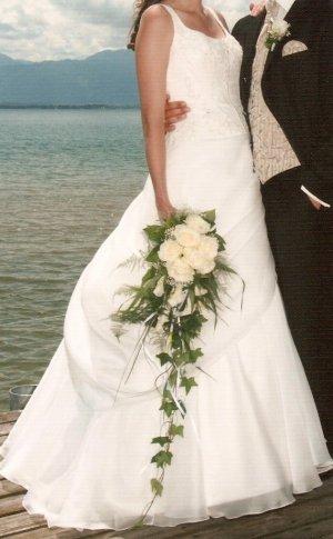 Schönes Brautkleid / Hochzeitskleid mit Schleppe inkl. Unterrock