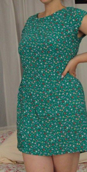 Schönes geblümtes grünes Kleidchen