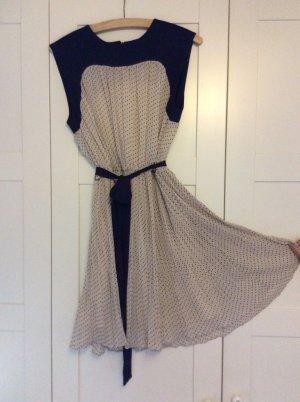 Schönes gepunktetes Sommerkleid
