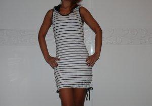 Schönes gestreifte Sommerkleid