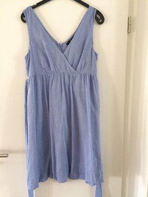 Schönes hellblaues Sommerkleid