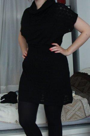 Schönes herbstliches schwarzes Strickkleid